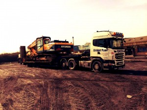 An example of Heavy Haulage work carried out by crynant plant & construction. A crynant truck is hauling a large JCB.